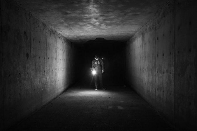 Drabble: Unbekanntes Terrain mit Taschenlampe